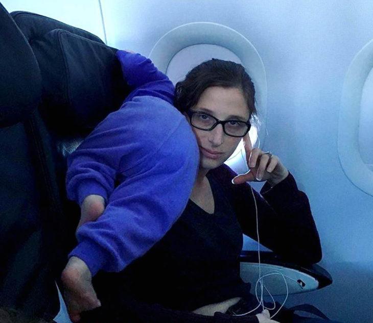 Papás cansados -bebé en el avión encima de mama