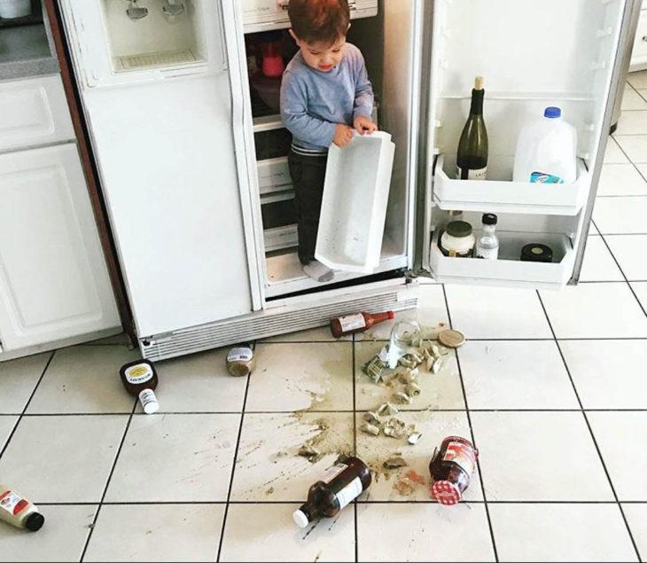 Papás cansados - niño adentro del refri