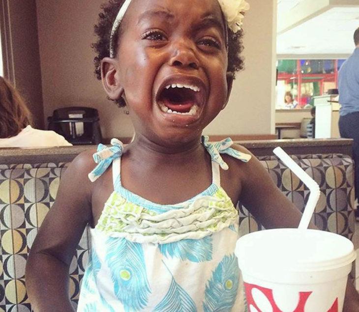Papás cansados - niña llorando en restaurante