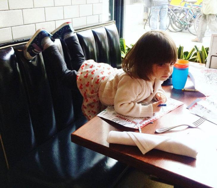 Papás cansados - niña en restaurante