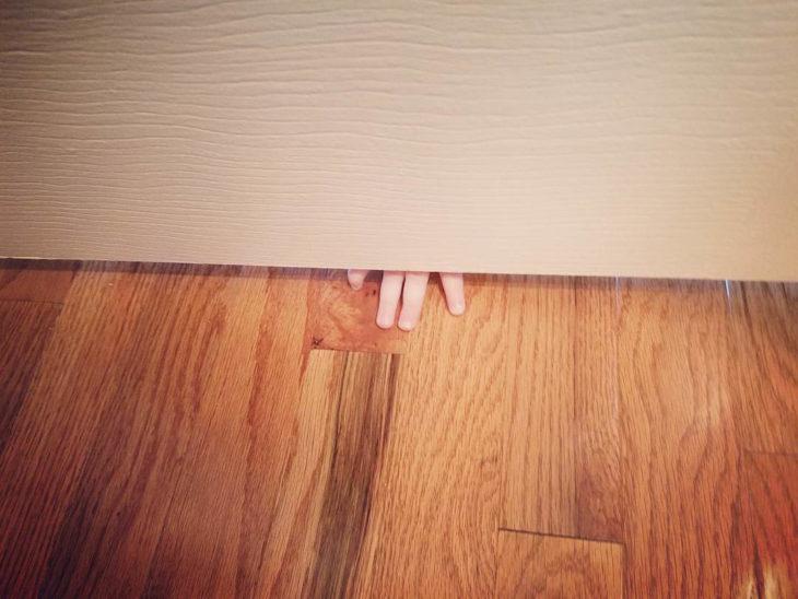 Papás cansados - dedos de niños abajo de la puerta