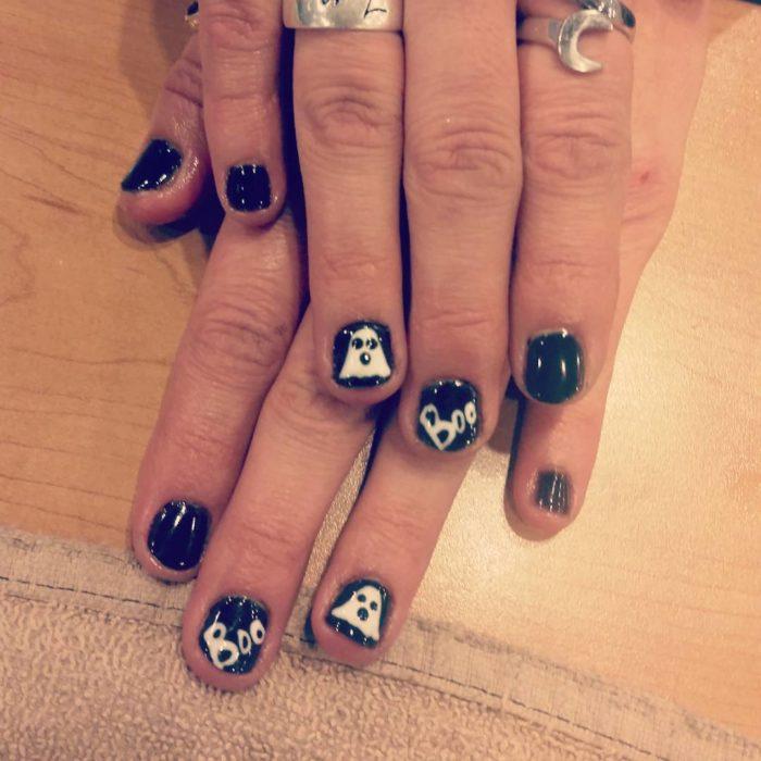 uñas de fantasma negraos y blancoas