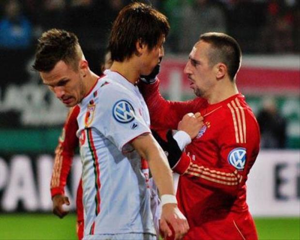 futbolistas pelean