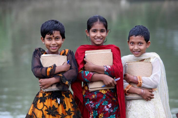 tres niñas de escuela flotante
