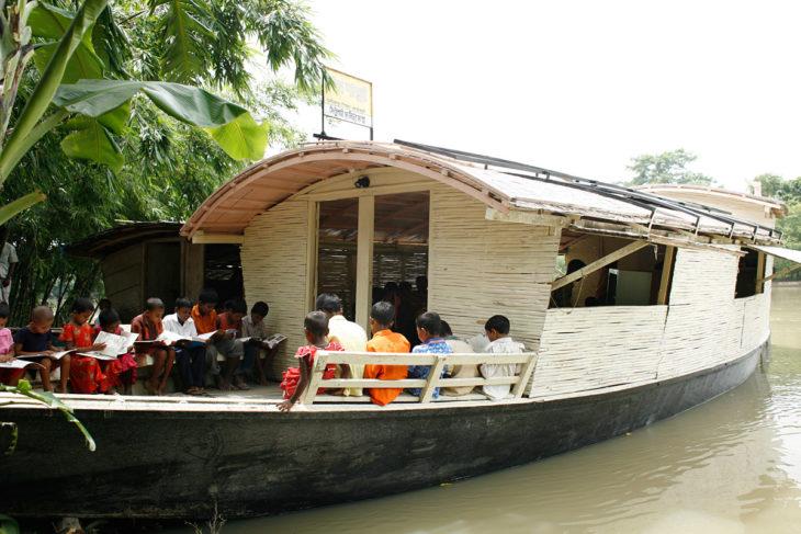 niños en un barco