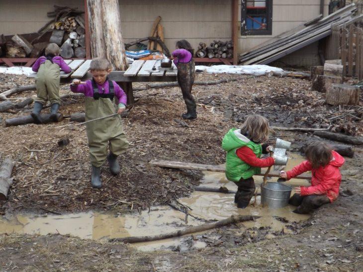 niños jugando en un charco