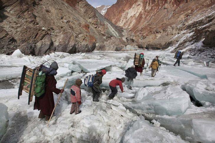 niños caminando una montaña