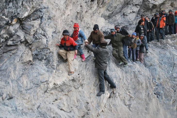 niños pasando una montaña myy inclinada