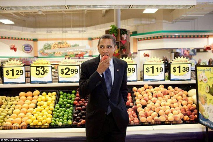 Barack disfrutando un durazno