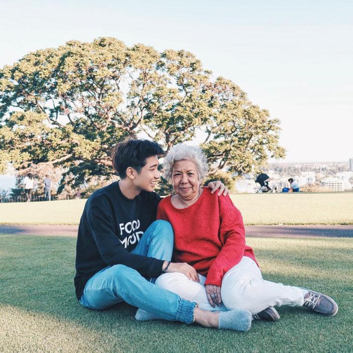 abuelita y su nieto en el parque