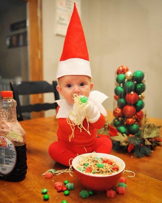 bebé vestido de elfo sobre una mesa