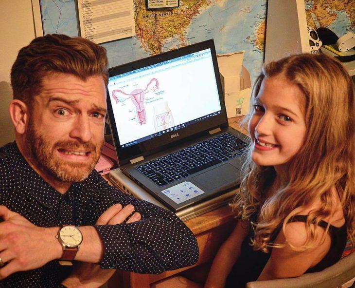 hombre y su hija con computadora