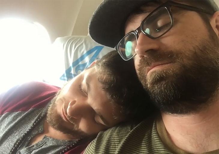 hombres recostados cabeza con cabeza