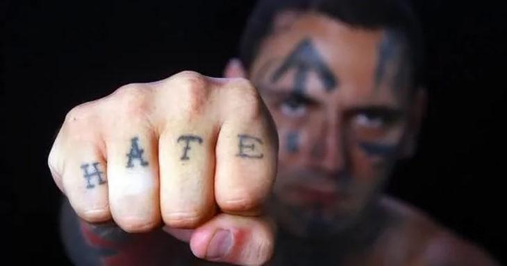tatuaje de odio en la mano
