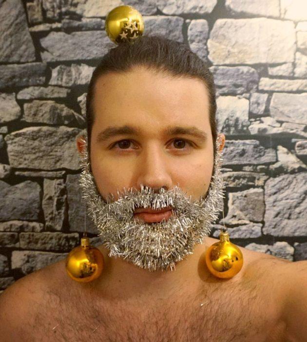 barba blanca y esferas doradas