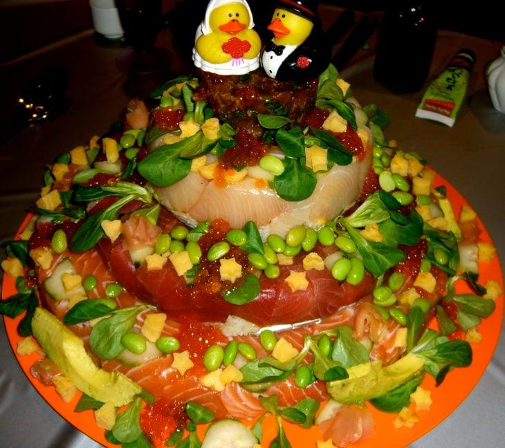 pastel de pescado crudo con patos de hule