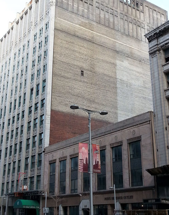edificio con una ventana