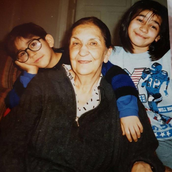 abuela con dos nietos