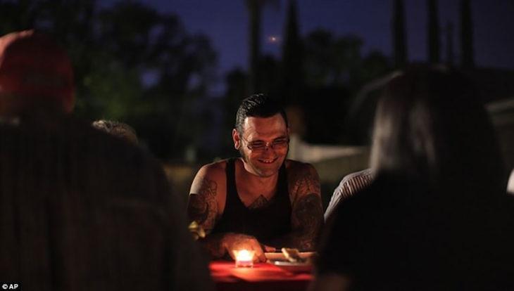 Hombre sonriendo en una fogata