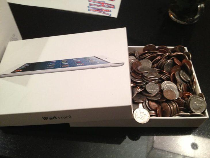 muchas monedas dentro de una caja de ipad