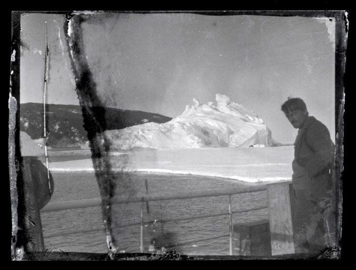 Un hombre en una expedición de hace 100 años en la Antártida