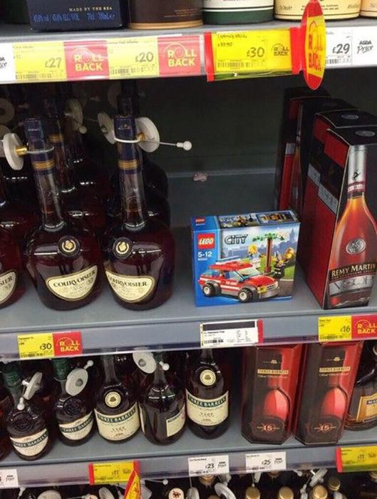 empaque de juguete en estante de bebidas alcohólicas