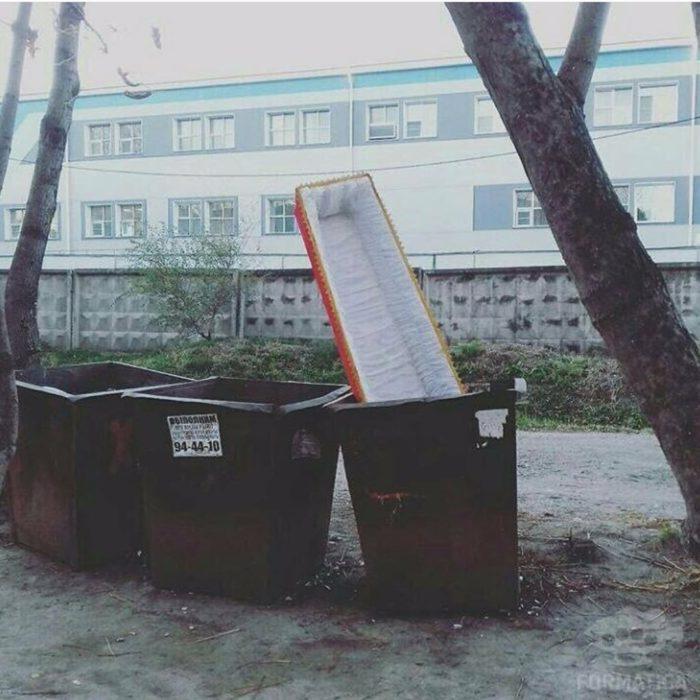 ataúd en la basura