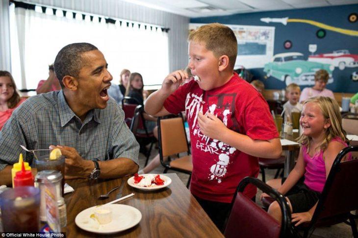 Barack comparte su postre con un niño en el restaurante