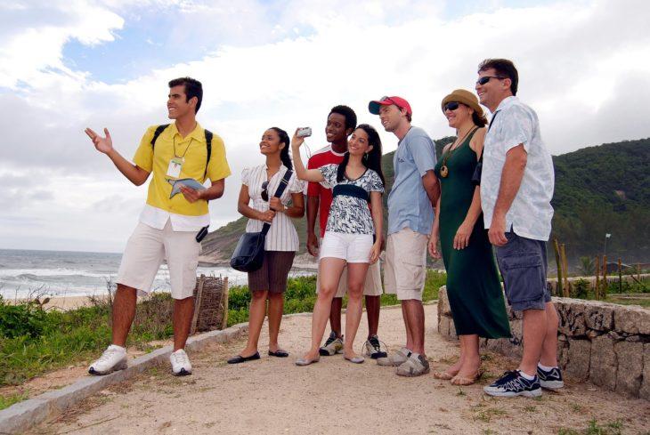 guía turístico con su grupo