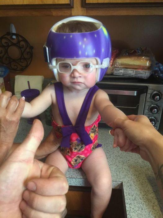 bebé vestida de manera extraña