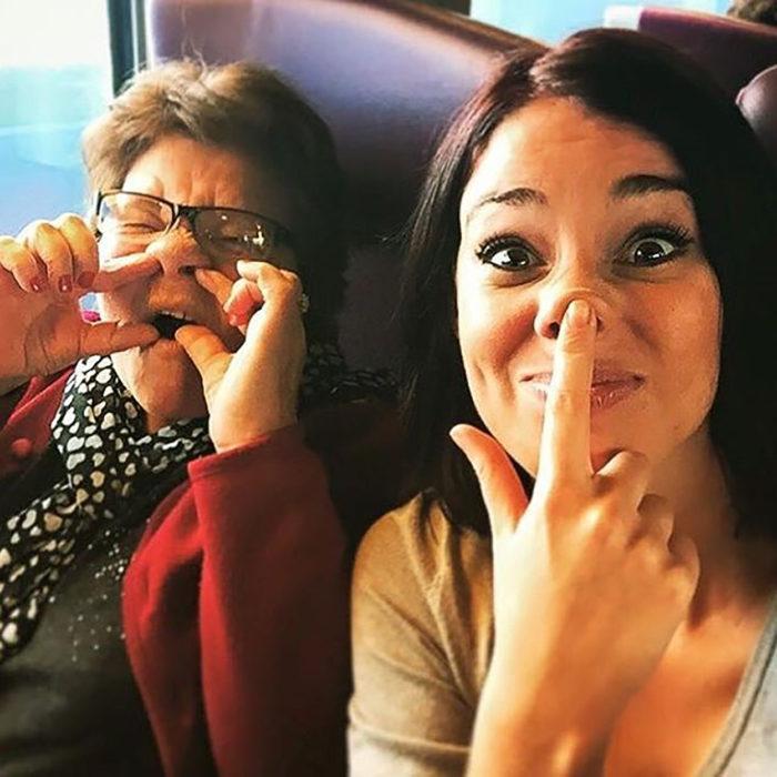 abuela haciendo caras graciosas con su nieta