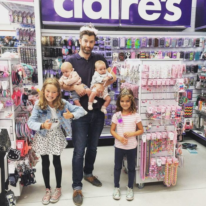 papá con cuatro hijas en el supermercado