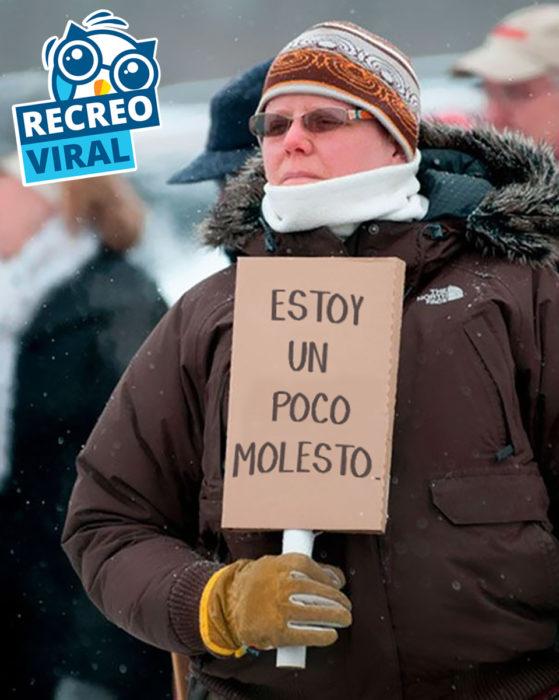 """hombre sosteniendo un cartel que dice """"estoy un poco molesto"""""""