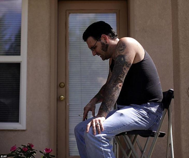 hombre con tatuajes en una silla