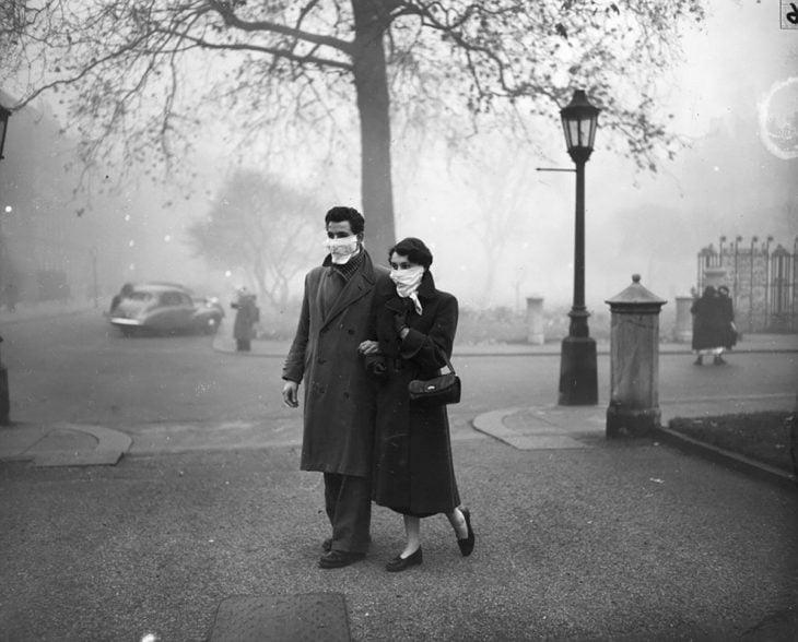 personas caminando en londres durante la gran niebla