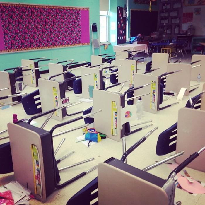 bancas de un salón de clases en horizontal