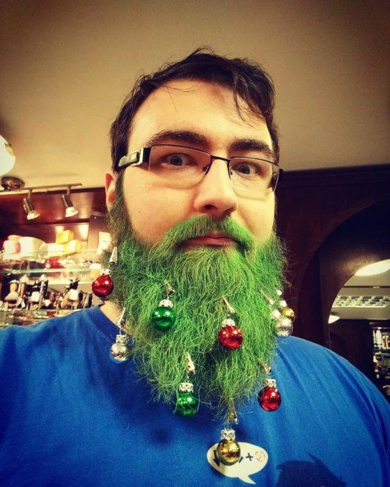 hombre con barba verde y esferas en ella