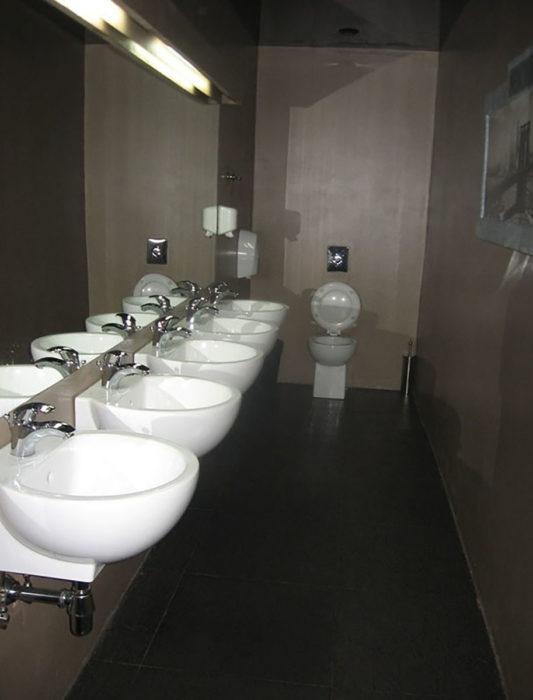 cinco lavabos y un inodoro