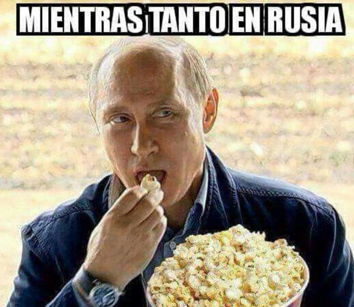 Vladimir Putin comiendo palomitas