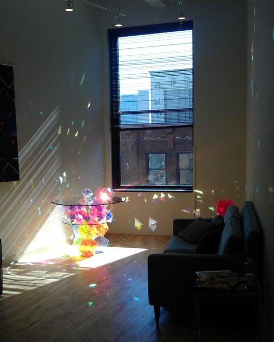 mesa de cocktail que refleja la luz