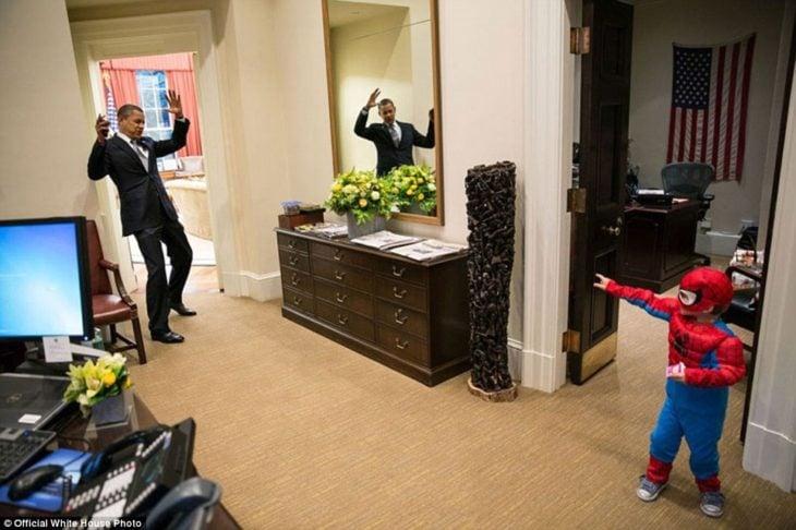 Obama juega con un niño Spiderman