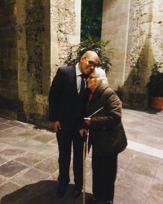 abuela abrazando a su nieto que es un hombre adulto