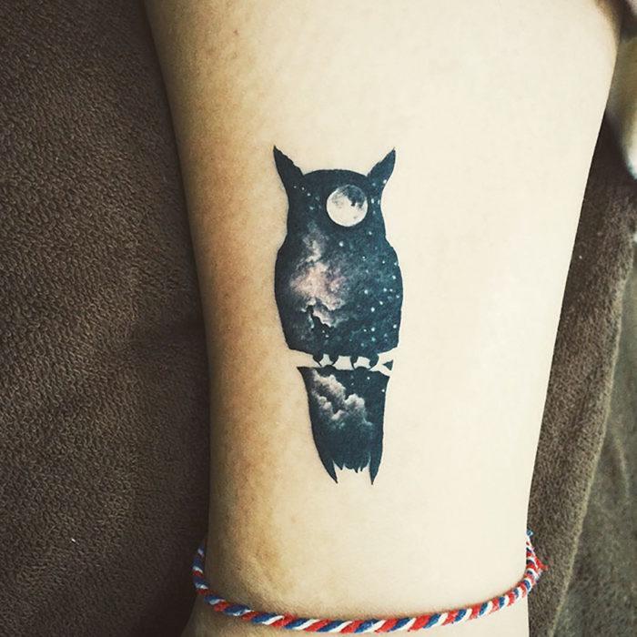 tatuaje de silueta de búho rellena de la noche