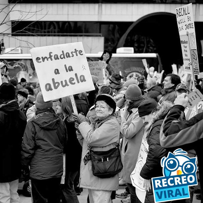 abuela protestando en una multitud