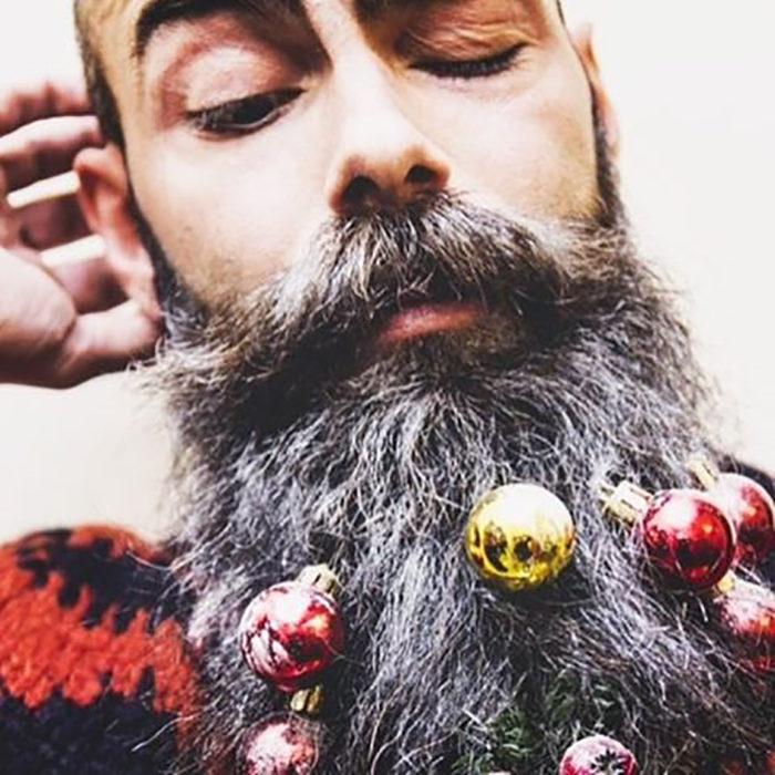 caballero con barba decorada con esferas