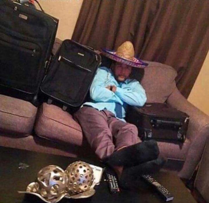 hombre con sombrero mexicano y maletas