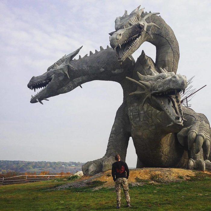 escultura de dragón de tres cabezas