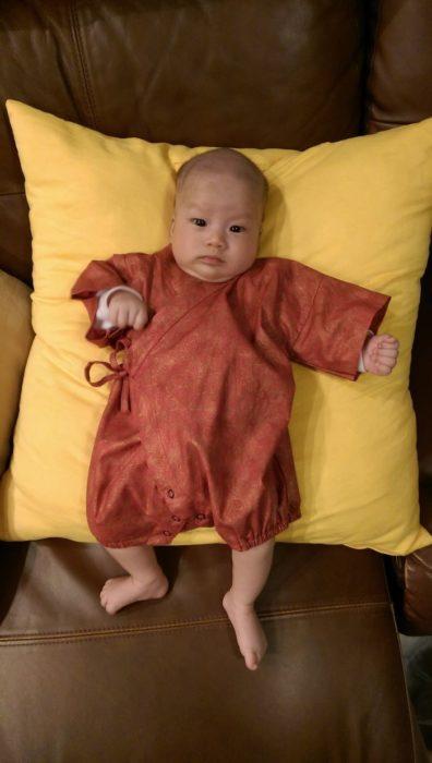 bebé que parece monje budista