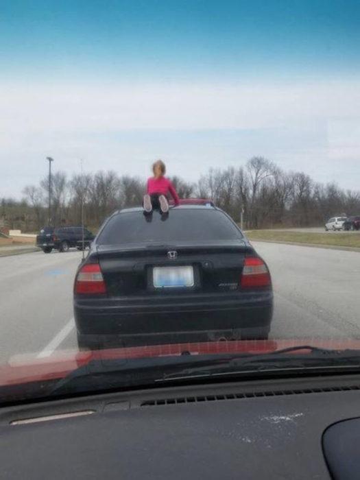 niña en el techo de un auto