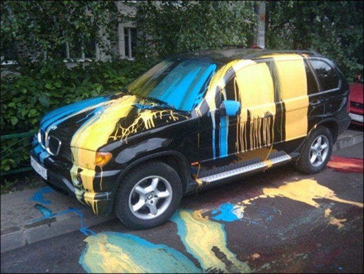carro con pintura que chorrea